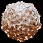 O artista que transforma lixo em luminárias