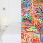 Um hotel meio clean, meio grafitado