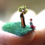 O mundo em miniatura sobre unhas Plush
