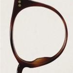 Tipografia feita com óculos quebrados
