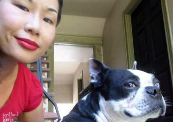 Chin e seu Terrier de um olho azul.