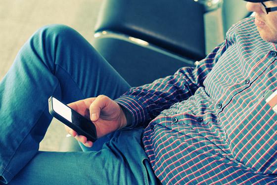 Responder ou não à ligação? Imagem via Shutterstock.