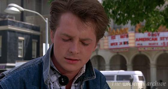 """Martin McFly com fones de Walkman em """"De volta para o futuro""""."""
