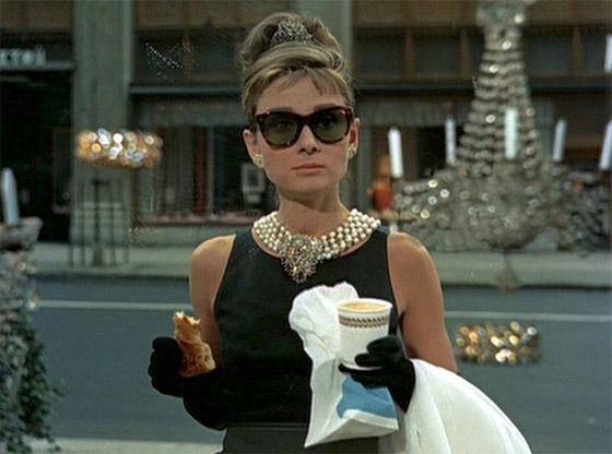 Audrey interpretando a personagem Holly na frente da loja Tiffany & Co.