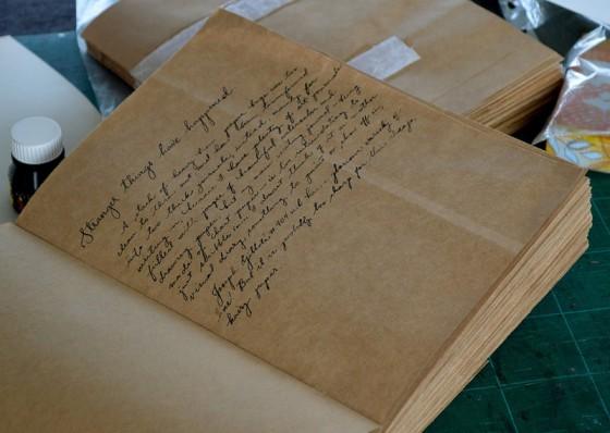 Sketchbook feito com sacolas de papel (via)