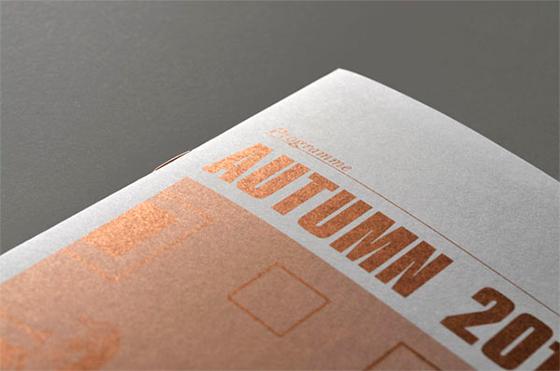 Projeto gráfico realizado em uma só cor, PANTONE 867U, metálico sobre papel uncoated.